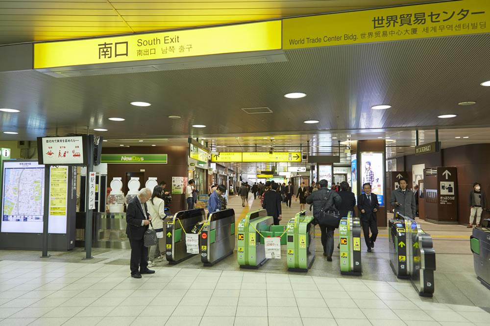 ①浜松町駅南口を出ます