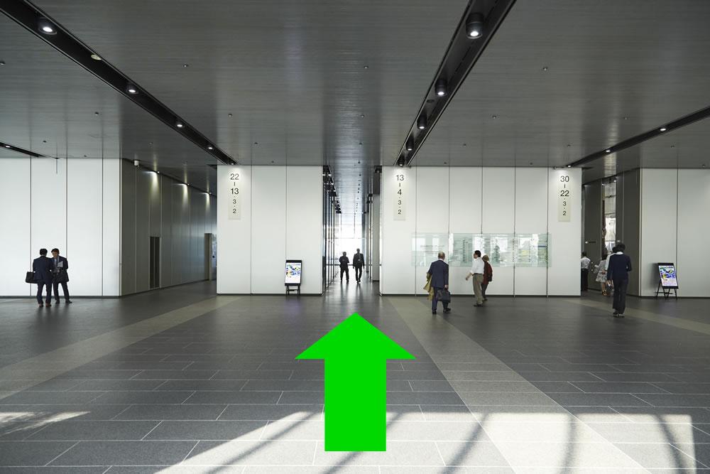 ⑤真ん中のエレベーターへ
